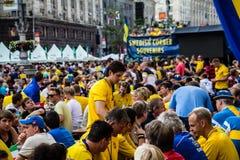基辅,乌克兰- 6月10 :欢呼的瑞典和乌克兰爱好者有 免版税库存照片
