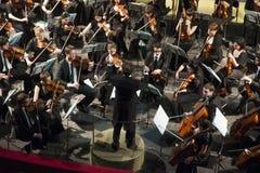 基辅,乌克兰10 -27 -2011音乐会在基辅国家歌剧院 在指挥的警棒的下乐队 免版税库存照片