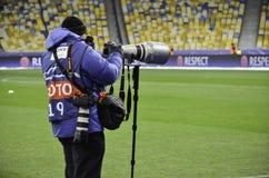 基辅,乌克兰- DEC 06 :有一个长的透镜的ta一位摄影记者 免版税图库摄影