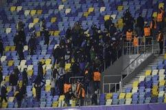 基辅,乌克兰- DEC 06 :离开体育场的贝希克塔什支持者 免版税库存图片