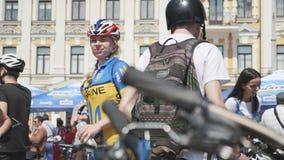 基辅/乌克兰6月,乌克兰全国嬉戏穿戴的1 2019年轻可爱的妇女喝着凉水在自行车游行 : 股票视频