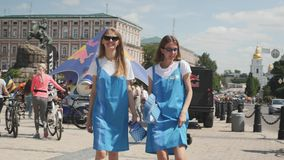 基辅/乌克兰6月,年轻可爱的女孩1 2019年画象  关闭时髦太阳镜的时髦的女孩微笑和跳舞在的  股票录像