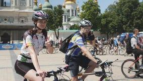 基辅/乌克兰6月,微笑对照相机的1 2019可爱的循环的女孩 年轻女性骑自行车者骑马自行车通过市中心 逗人喜爱您 股票视频