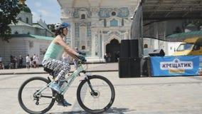 基辅/乌克兰6月,1 2019嬉戏妇女骑马自行车在市中心 可爱的女性骑自行车者画象蓝色顶面的和黑wh 影视素材