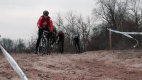 基辅/乌克兰- 2月,24 2019年基辅Cyclocross杯 乘坐通过沙子的骑自行车者接近的射击  股票视频