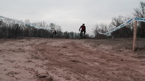基辅/乌克兰- 2月,24 2019年基辅Cyclocross杯 在沙子的骑自行车者骑马 t 影视素材