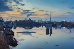 基辅 日落 在银行的工业区 免版税图库摄影
