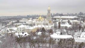 基辅Pechersk拉夫拉,教会复合体,绿色屋顶,金黄圆屋顶,诞生教会保佑圣母玛丽亚 股票视频