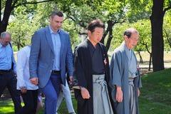 基辅Vitali Klitschko的京都Daisaku Kadokawa的市长和市长在重建以后检查公园 免版税库存图片