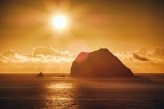基隆屿日出有金子阳光的,从Mt的射击 Waimu单Waimushan观察台在安乐区,基隆, Taiw 免版税库存照片