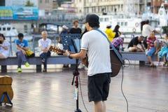 基隆,台湾,街道艺术家,唱歌,请路人, 免版税库存图片