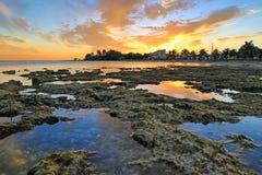 基韦斯特岛日落-佛罗里达群岛-在浪潮水池的反射 库存图片