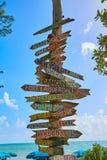 基韦斯特岛海滩对地标的距离标志 免版税库存照片