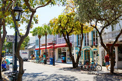 基韦斯特岛,佛罗里达美国- 2015年4月13日:历史和普遍的中心和Duval街在街市基韦斯特岛 免版税库存照片