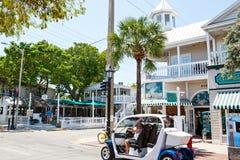 基韦斯特岛,佛罗里达美国- 2015年4月13日:历史和普遍的中心和Duval街在街市基韦斯特岛 图库摄影