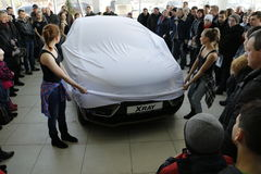 基洛夫,俄罗斯, 2015年12月26日-新的俄国汽车Lada X-射线在介绍2016年2月14日时在de汽车陈列室里  免版税库存图片