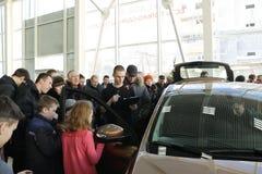 基洛夫,俄罗斯, 2015年12月26日-新的俄国汽车Lada X-射线在介绍2016年2月14日时在de汽车陈列室里  免版税库存照片