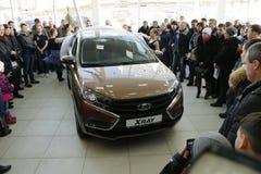基洛夫,俄罗斯, 2015年12月26日-新的俄国汽车Lada X-射线在介绍2016年2月14日时在de汽车陈列室里  库存照片