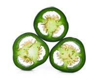 堆一半切了在白色的绿色墨西哥胡椒胡椒 库存图片