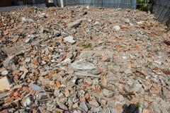 堆一块被毁坏的石头的残骸 库存照片
