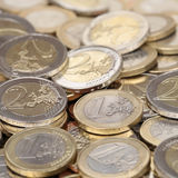 堆一枚和两枚欧洲硬币 免版税库存图片