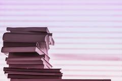 堆不同的书,反对光的课本镶边了与拷贝空间的桃红色紫罗兰色背景 概念  库存照片