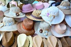 堆不同的手工制造帽子待售在Pinnawala大象孤儿院的一家商店 免版税库存图片