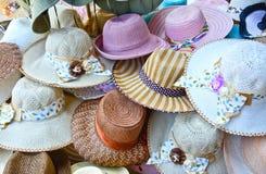 堆不同的手工制造帽子待售在Pinnawala大象孤儿院的一家商店 图库摄影