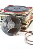堆与一个开盘式的磁带的老唱片 免版税图库摄影