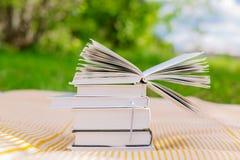 堆与一本被打开的书的书 免版税库存图片