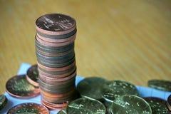 堆与一枚黄铜捷克冠硬币的硬币按10 CZK的货币值在上面的 库存照片
