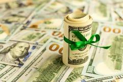 堆与丝带的金钱 消耗大的礼品 库存图片
