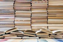 堆与五颜六色的盖子的书 图书馆或书店 书或课本 教育和读书 免版税库存图片