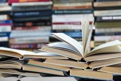 堆与五颜六色的盖子的书 图书馆或书店 书或课本 教育和读书 免版税库存照片