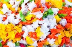 堆与五颜六色的糖果和乳脂糖甜点 免版税库存照片