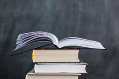 堆与学校黑板的书在背景中 一本书我 免版税库存图片