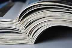 堆与弯曲的页的老杂志。 免版税库存图片