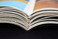 堆与弯曲的页的老杂志 库存照片