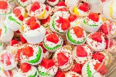 堆与心脏的五颜六色的蛋糕 免版税库存图片