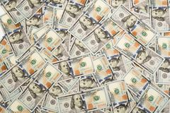 堆与总统画象的一百张美国钞票 一百元钞票现金,与上流的美元背景影像 免版税库存照片