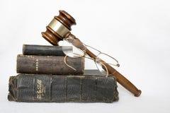 堆与惊堂木和玻璃的古色古香的被佩带的皮革圣经在W 免版税库存图片