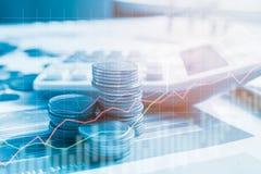 堆与报告财务和银行业务的硬币金钱与股票利润图表  免版税库存照片