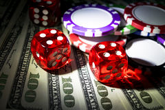 堆与模子的纸牌筹码在美金,金钱滚动 在赌博娱乐场的啤牌桌 扑克牌游戏概念 比赛使用 免版税图库摄影