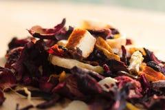 堆与瓣和干果子的果子茶 堆的构成位于木头和干木槿花的茶叶 免版税库存照片