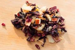 堆与瓣和干果子的果子茶 堆的构成位于木头和干木槿花的茶叶 图库摄影