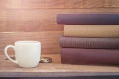 堆与白色杯子和怀表的厚实的书在葡萄酒 免版税图库摄影