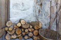 堆与石墙的木柴为w的火阵营做准备 库存照片