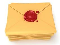 堆与红色蜡封印的空白的邮件信封 免版税库存照片