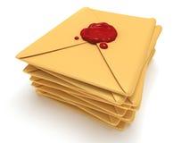 堆与红色蜡封印的空白的邮件信封 免版税库存图片