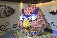 堆与罐头,入恼怒的鸟 免版税库存图片